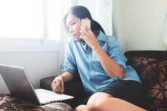 Όμορφη ασιατική γυναίκα που εργάζεται στο lap-top στο σπίτι Θηλυκό freelancer που συνδέει με Διαδίκτυο μέσω του υπολογιστή και το στοκ φωτογραφία με δικαίωμα ελεύθερης χρήσης