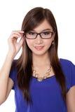 Όμορφη ασιατική γυναίκα που κρατά τα γυαλιά της, που απομονώνονται στο λευκό Στοκ Εικόνες
