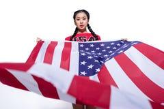 Όμορφη ασιατική γυναίκα που κρατά τη μεγάλη αμερικανική σημαία απομονωμένη στο λευκό Στοκ φωτογραφία με δικαίωμα ελεύθερης χρήσης