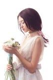 Όμορφη ασιατική γυναίκα στο άσπρο φόρεμα με την ανθοδέσμη των λουλουδιών στα χέρια Στοκ εικόνα με δικαίωμα ελεύθερης χρήσης
