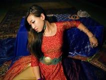 Όμορφη ασιατική γυναίκα στο εσωτερικό στοκ εικόνες