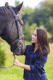 Όμορφη ασιατική ευρασιατική γυναίκα κοριτσιών με το άλογό της Στοκ φωτογραφία με δικαίωμα ελεύθερης χρήσης