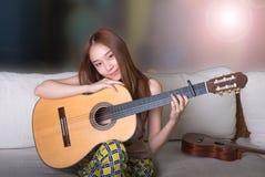 Όμορφη ασιατική κιθάρα παιχνιδιού κοριτσιών Στοκ εικόνα με δικαίωμα ελεύθερης χρήσης
