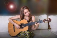 Όμορφη ασιατική κιθάρα παιχνιδιού κοριτσιών Στοκ Εικόνες