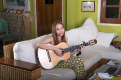 Όμορφη ασιατική κιθάρα παιχνιδιού κοριτσιών Στοκ φωτογραφία με δικαίωμα ελεύθερης χρήσης