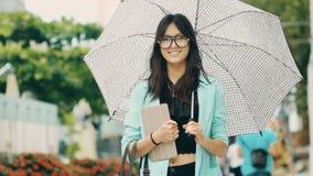 Όμορφη ασιατική νέα γυναίκα με την ταμπλέτα στην οδό πόλεων απόθεμα βίντεο