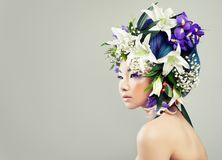 Όμορφη ασιατική πρότυπη γυναίκα με τα ζωηρόχρωμα λουλούδια Στοκ φωτογραφία με δικαίωμα ελεύθερης χρήσης