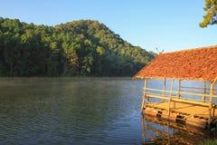 Όμορφη δασική λίμνη Ung πόνων στο γιο Ταϊλάνδη της Mae Hong πρωινού στοκ εικόνα