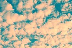 Όμορφη ασυνήθιστη σύσταση ουρανού μικρά σύννεφα που βάφονται στο ρόδινο χρώμα Στοκ εικόνα με δικαίωμα ελεύθερης χρήσης