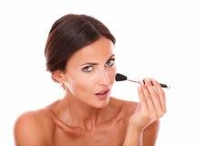 Όμορφη λατινική γυναίκα που καθαρίζει το πρόσωπό της Στοκ Εικόνα
