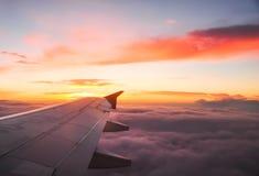 Όμορφη αυγή με τα πορτοκαλιά και ρόδινα σύννεφα ορατό φτερό όψης αεροπλάνων αεριωθούμενων αεροπλάνων μηχανών Στοκ φωτογραφία με δικαίωμα ελεύθερης χρήσης