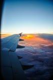 Όμορφη αυγή με τα πορτοκαλιά και ρόδινα σύννεφα ορατό φτερό όψης αεροπλάνων αεριωθούμενων αεροπλάνων μηχανών Στοκ Εικόνα
