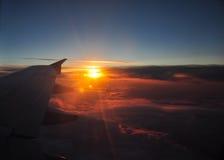 Όμορφη αυγή με τα πορτοκαλιά και ρόδινα σύννεφα ορατό φτερό όψης αεροπλάνων αεριωθούμενων αεροπλάνων μηχανών Στοκ Φωτογραφία