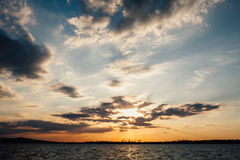 Όμορφη αυγή στην τράπεζα Στοκ Εικόνα