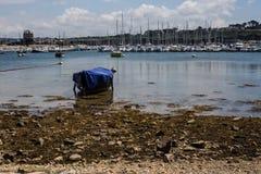 Όμορφη αυθεντική Γαλλία - εικονογραφικός κόλπος με τα αλιευτικά σκάφη στη Βρετάνη στοκ εικόνες