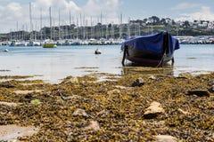 Όμορφη αυθεντική Γαλλία - εικονογραφικός κόλπος με τα αλιευτικά σκάφη στη Βρετάνη στοκ φωτογραφία με δικαίωμα ελεύθερης χρήσης