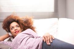 Όμορφη αφροαμερικανίδα γυναίκα σε έναν καναπέ Στοκ φωτογραφίες με δικαίωμα ελεύθερης χρήσης