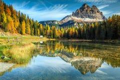 Όμορφη αλπική λίμνη με τις υψηλές αιχμές στο υπόβαθρο, δολομίτες, Ιταλία Στοκ Εικόνα