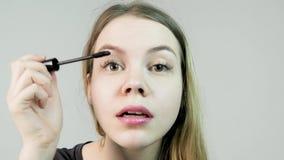 όμορφη βάθους ματιών eyelashes ρηχή γυναίκα makeup πεδίων σκόπιμη μακριά Mascara βούρτσα Φωτογραφία μόδας στούντιο της όμορφης νέ απόθεμα βίντεο