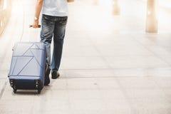 Όμορφη βαλίτσα έλξης ταξιδιωτικών τύπων στην οδό στη μητρόπολη ή το γ στοκ φωτογραφίες