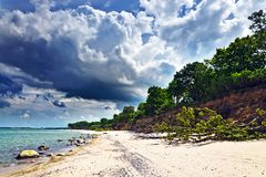 Όμορφη βαλτική αμμώδης παραλία και δραματικά σύννεφα Στοκ εικόνα με δικαίωμα ελεύθερης χρήσης