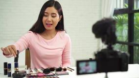 Όμορφη βούρτσα χρήσης γυναικών ενώ η αναθεώρηση αποτελεί τη διδακτική ραδιοφωνική μετάδοση το ζωντανό βίντεο στο κοινωνικό δίκτυο απόθεμα βίντεο