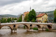 Όμορφη γέφυρα δολοφονίας του αρχιδούκα γεφυρών του Σαράγεβου λατινική ή γεφυρών Princip στοκ φωτογραφίες
