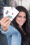 Όμορφη γέφυρα εκμετάλλευσης νέων κοριτσιών των καρτών Στοκ Εικόνες