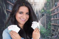Όμορφη γέφυρα εκμετάλλευσης νέων κοριτσιών των καρτών Στοκ Φωτογραφίες
