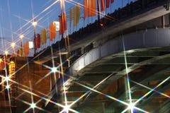 Όμορφη γέφυρα με τις σημαίες Στοκ φωτογραφίες με δικαίωμα ελεύθερης χρήσης