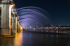 Όμορφη γέφυρα ουράνιων τόξων στη γέφυρα Banpo στη νύχτα της Σεούλ Κορέα Στοκ Φωτογραφίες
