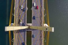 Όμορφη γέφυρα πέρα από τον ποταμό Η γέφυρα στα καλώδια είναι δρόμος Στοκ Εικόνα