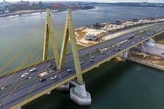 Όμορφη γέφυρα πέρα από τον ποταμό Η γέφυρα στα καλώδια είναι δρόμος Στοκ Εικόνες