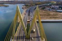Όμορφη γέφυρα πέρα από τον ποταμό Η γέφυρα στα καλώδια είναι δρόμος Στοκ Φωτογραφία