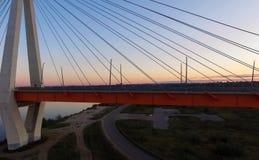 Όμορφη γέφυρα πέρα από τον ποταμό Η γέφυρα στα καλώδια είναι δρόμος Στοκ φωτογραφίες με δικαίωμα ελεύθερης χρήσης