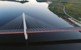 Όμορφη γέφυρα πέρα από τον ποταμό Η γέφυρα στα καλώδια είναι δρόμος Στοκ Φωτογραφίες