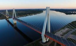 Όμορφη γέφυρα πέρα από τον ποταμό Η γέφυρα στα καλώδια είναι δρόμος Στοκ φωτογραφία με δικαίωμα ελεύθερης χρήσης
