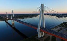 Όμορφη γέφυρα πέρα από τον ποταμό Η γέφυρα στα καλώδια είναι δρόμος Στοκ εικόνα με δικαίωμα ελεύθερης χρήσης