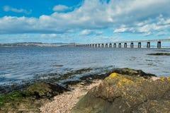 Όμορφη γέφυρα σιδηροδρόμων Tay στο Dundee με σαφές μπλε Skys στοκ εικόνα με δικαίωμα ελεύθερης χρήσης