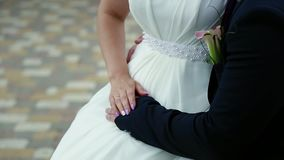Όμορφη γαμήλια ανθοδέσμη στα χέρια της νύφης και του νεόνυμφου φιλμ μικρού μήκους