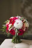 Όμορφη γαμήλια ανθοδέσμη με τα τριαντάφυλλα και την κινηματογράφηση σε πρώτο πλάνο Gerbera Στοκ Φωτογραφία
