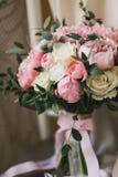 Όμορφη γαμήλια ανθοδέσμη με τα τριαντάφυλλα και peonies την κινηματογράφηση σε πρώτο πλάνο Στοκ Εικόνα