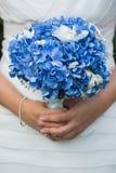 Όμορφη γαμήλια ανθοδέσμη στα χέρια της νύφης Στοκ Εικόνες