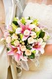 Όμορφη γαμήλια ανθοδέσμη στα χέρια της νύφης Στοκ φωτογραφίες με δικαίωμα ελεύθερης χρήσης