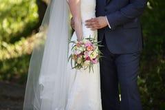 Όμορφη γαμήλια ανθοδέσμη στα χέρια της νύφης Στοκ Φωτογραφία