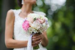 Όμορφη γαμήλια ανθοδέσμη στα χέρια της νύφης Στοκ εικόνα με δικαίωμα ελεύθερης χρήσης