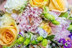 Όμορφη γαμήλια ανθοδέσμη στους ευγενείς τόνους στοκ εικόνες