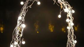 Όμορφη γαμήλια αψίδα βραδιού για την τελετή με τα φω'τα απόθεμα βίντεο