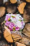 Όμορφη γαμήλια ζωηρόχρωμη ανθοδέσμη για τη νύφη Κλείστε επάνω των δαχτυλιδιών Στοκ φωτογραφίες με δικαίωμα ελεύθερης χρήσης