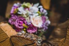 Όμορφη γαμήλια ζωηρόχρωμη ανθοδέσμη για τη νύφη Κλείστε επάνω των δαχτυλιδιών Στοκ Εικόνα